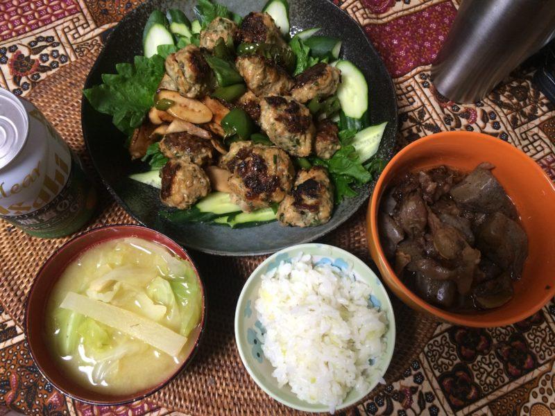 お米食べちゃう糖質制限やってみた 鳥つくね 牛筋コンニャク お味噌汁 キャベツご飯