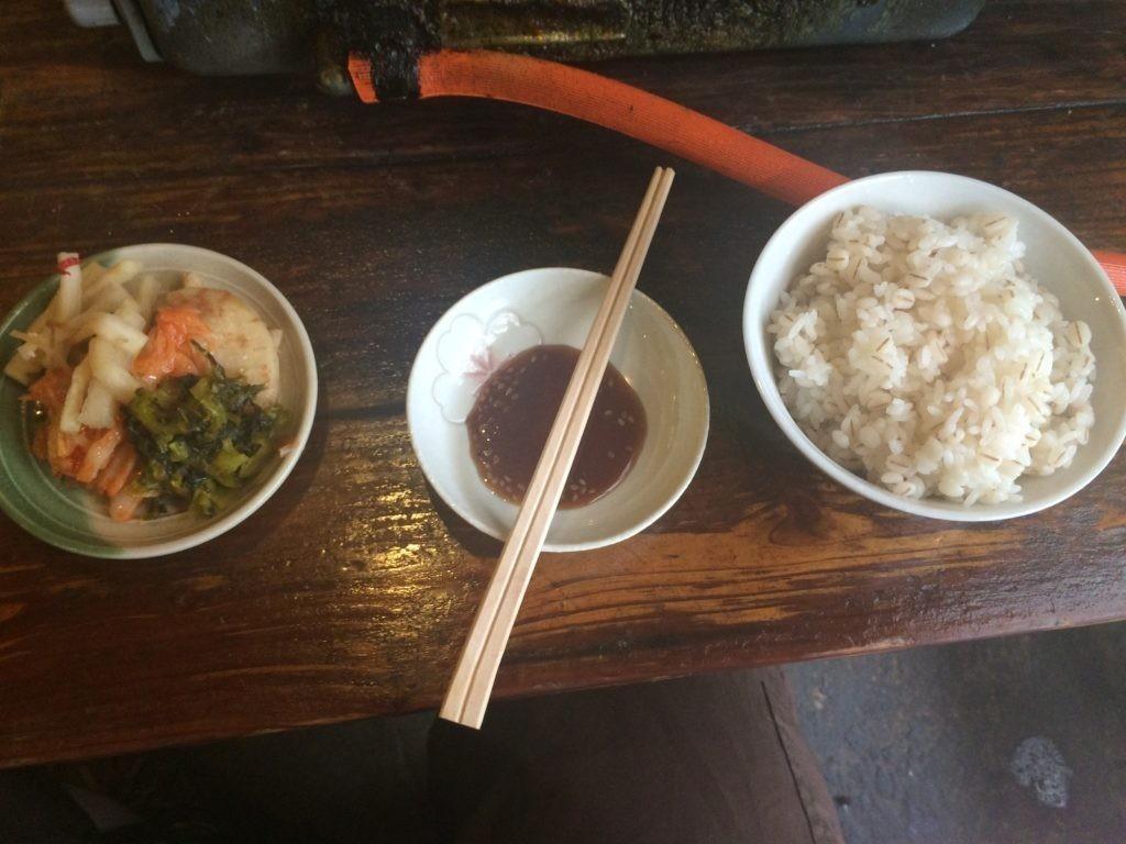 地鶏食堂 麦ご飯 漬物